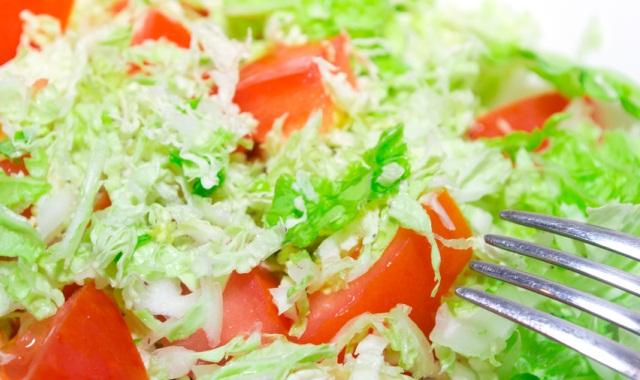 салат с китайской капустой с помидорами