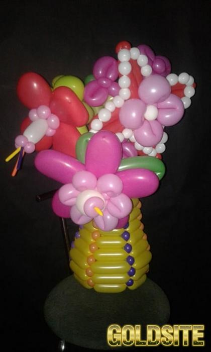 Букет цветов из воздушных шаров в вазе из шаров.