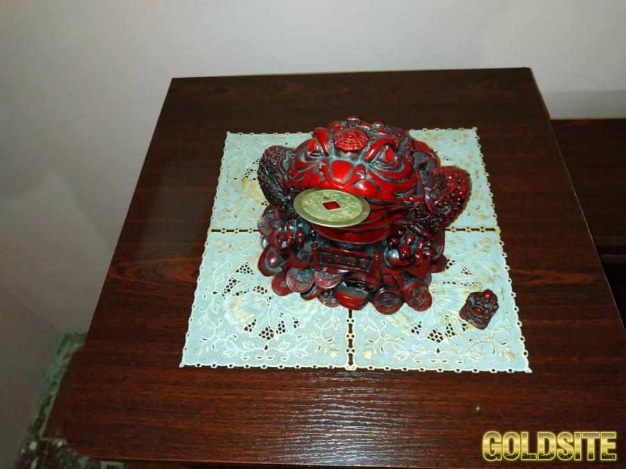 Продам фигурку Трехлапая жаба с монетой