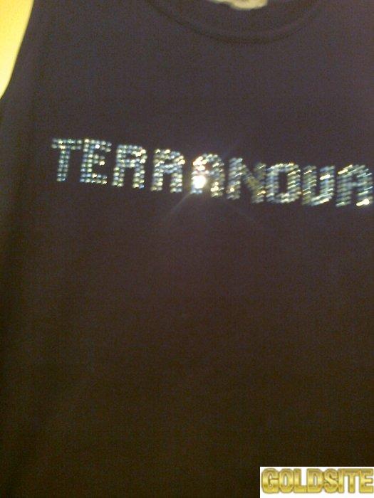 Стильная черная футболка с переливающимися буквами.